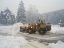 Обилен снеговалеж и усложнена пътна обстановка