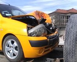 Такси удари лека кола в Трудовец. Пострадал е шофьорът на таксито