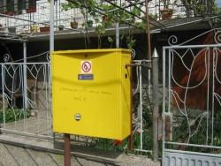Повредиха жълтите кутии на битови абонати по две улици в града