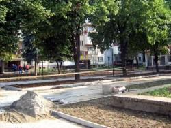 Ремонтират площадното пространство пред болницата