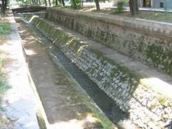 Почистват градския канал