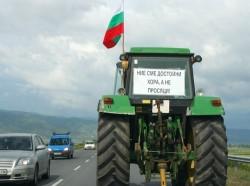 Повече от 30 трактора на протестиращи земеделци минават през Трудовец