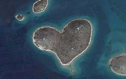 Влюбени откриха остров-сърце в Google Earth