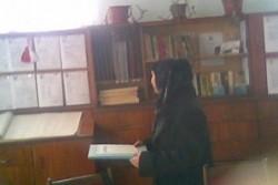 Учителка преподава в мюсюлмански одежди