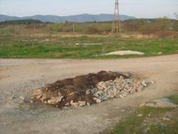 """Мъж изхвърли строителни отпадъци и пръст насред пътя за язовир """"Мали лаг"""""""