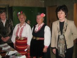 Възрастни жени от Литаково показаха на ученици как се боядисват и украсяват великденски яйца
