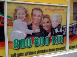 Семейство рекламира супермаркет, без да знае