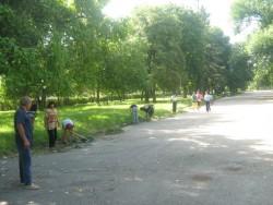 Хора от временната заетост почистват градския парк и канала