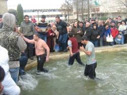 33-годишният Ради Карастоянов извади Светия кръст от градския шадраван