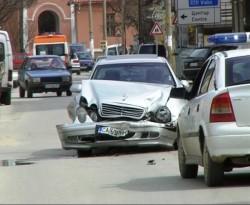 Мерцедес и Пасат се удариха на кръстовище