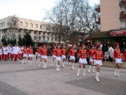 Десетки ботевградчани наблюдават концерта на мажоретките и духовия оркестър