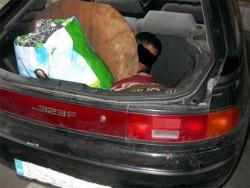 Майка укри сина си в багажник, хванаха я