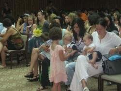 111 майки, родили през първото полугодие, получиха помощи от общината