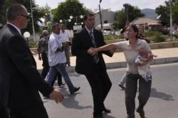 Майка опита да се хвърли върху колата на Борисов в Кирково