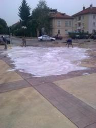 Измиха площада около старата съдебна палата със сапунeна течност