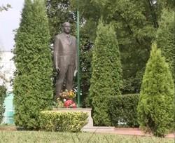 Правчани положиха цветя пред паметника на Тодор Живков
