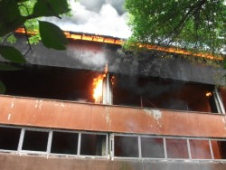 Пожарът в тренировъчната зала пред потушаване