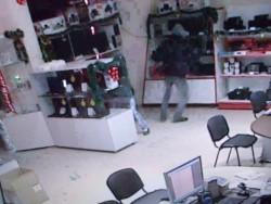 """Разбиха магазин """"Атлантис център"""". Откраднати са 14 лаптопа"""