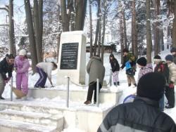 Ученици от Вапцаров се поклониха пред руския паметник в Рашково