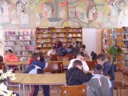 Ученици от втори и трети клас участват в маратон на четеното