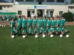 Стадионът е пълен с момчета, трениращи футбол