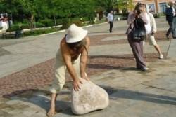 Врачанин цял ден търкаля камък на площада