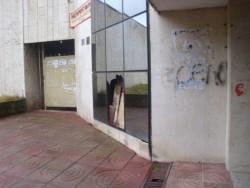 За пореден път изпотрошиха прозорците на сграда в центъра на града