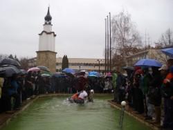 22-годишният Славчо Никодимов извади кръста от градския шадраван