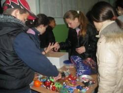"""Ученици от първи до осми клас участват в благотворителен базар в ОУ """"В.Левски"""""""