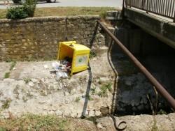 Контейнер за отпадъци захвърлен в корито на Стара река