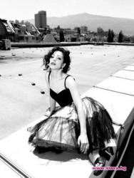 Елена Петрова прави стриптийз пред негри
