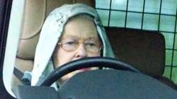 Изловиха кралица Елизабет II да шофира сама джипа си (снимки )