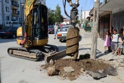 Сменят електрическите стълбове в ромската махала