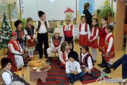 Второкласници възродиха традициите, съпровождащи коледните празници