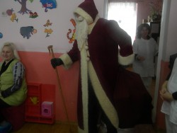 """Дядо Коледа зарадва с подаръци децата от ЦДГ """"Слънчице"""""""