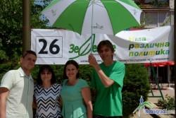 """По инициатива на """"Зелените"""" се раздаваха живи цветя в центъра на Ботевград"""
