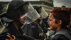 Снимка от сблъсъците пред НС взриви нета