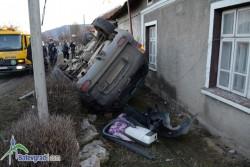 Джип отнесе три стълба и се обърна на главната улица в Новачене