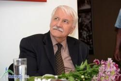 Величко Коларски дари две свои картини за фонда на музея в родния си град