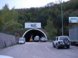ТИР е аварирал в тунел  на магистралата
