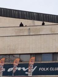 Задържаха двама мъже в момент на кражба от покрива на общинска сграда в Ботевград