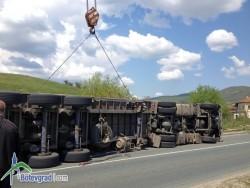 ТИР, натоварен с арматурно желязо, се обърна в Новачене