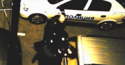 Разследват полицаите биячи
