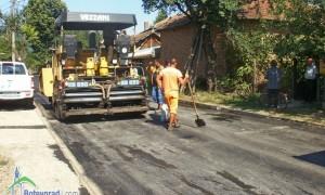 """И под новоположения асфалт на ул. """"Беласица"""" в Трудовец започна да извира вода"""