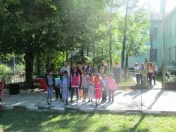 С питка и мед посрещнаха учениците и в с. Лопян