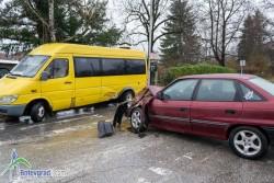 Лек автомобил се удари в микробус, двама са закарани в Спешна помощ