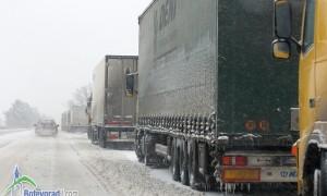 """Спряха движението на камиони по """"Хемус"""" заради снега"""