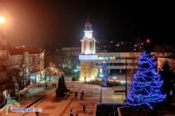 Дядо Коледа и Снежанка запалиха светлините на елхата в Ботевград