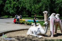 Приказни герои, цитати от приказки, пейзажи и ефектни цветни композиции върху пейките в градския парк