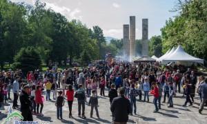 Стотици жители и гости на града се стекоха на пазар и великденско веселие в градския парк